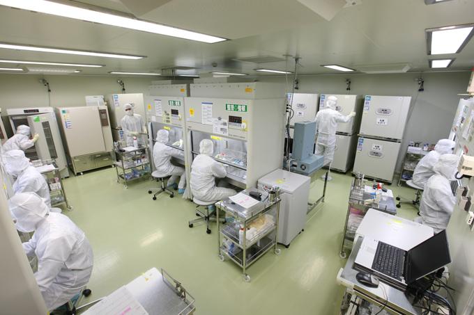 細胞培養施設 患者さんの細胞を培養するクリーンルームは、無菌医薬品を製造する部屋と同等レベルの管理がなされています。空調設備や使用する機材は、コンピューターによる一元管理システムで24時間リアルタイムに稼動状態を監視されています。